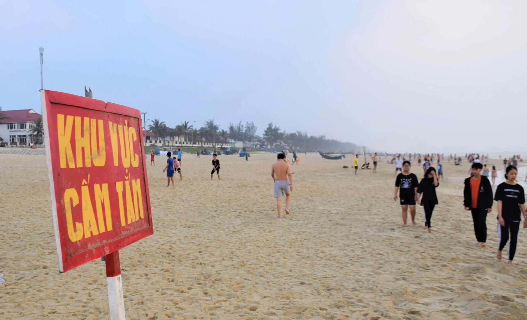 Một số biển cấm tắm biển được cắm dọc theo bãi tắm. Ảnh: BÌNH AN