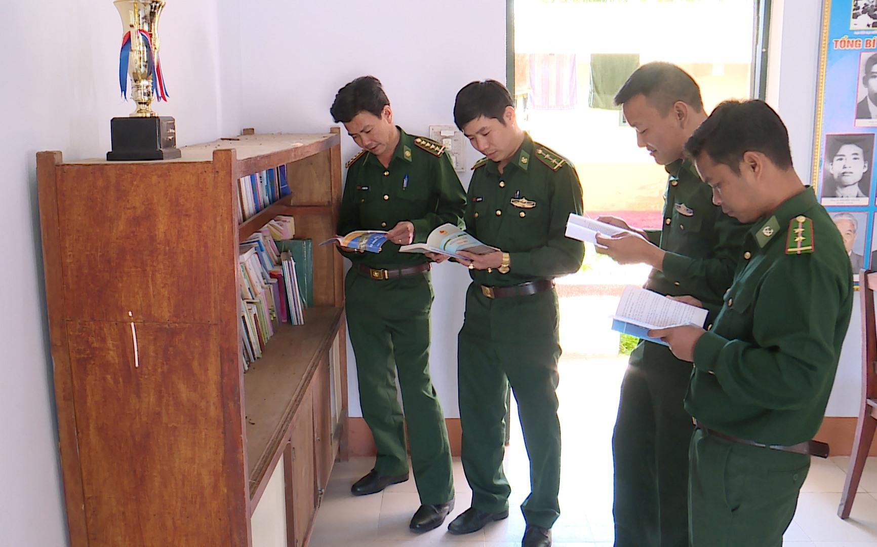 """Cán bộ chiến sĩ BĐBP Quảng Nam nghiên cứu pháp luật để tham gia mô hình """"Mỗi tuần một câu hỏi, mỗi câu hỏi một đáp án"""". Ảnh: XUÂN LAM"""