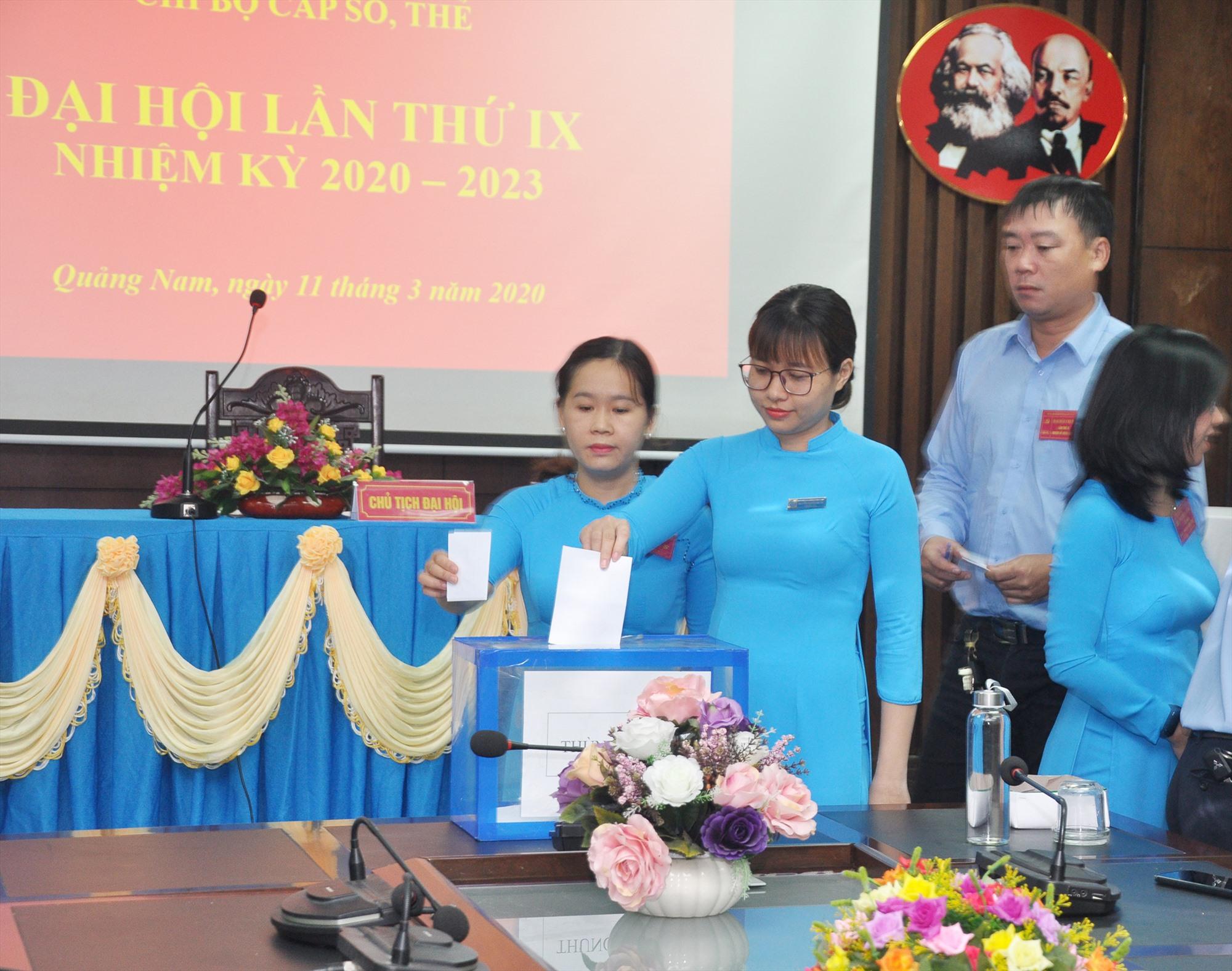 Đảng viên bỏ phiếu bầu cử tại Đại hội Chi bộ cấp sổ, thẻ (thuộc Đảng bộ BHXH tỉnh) tổ chức vào đầu tháng 3.2020. Ảnh: L.D
