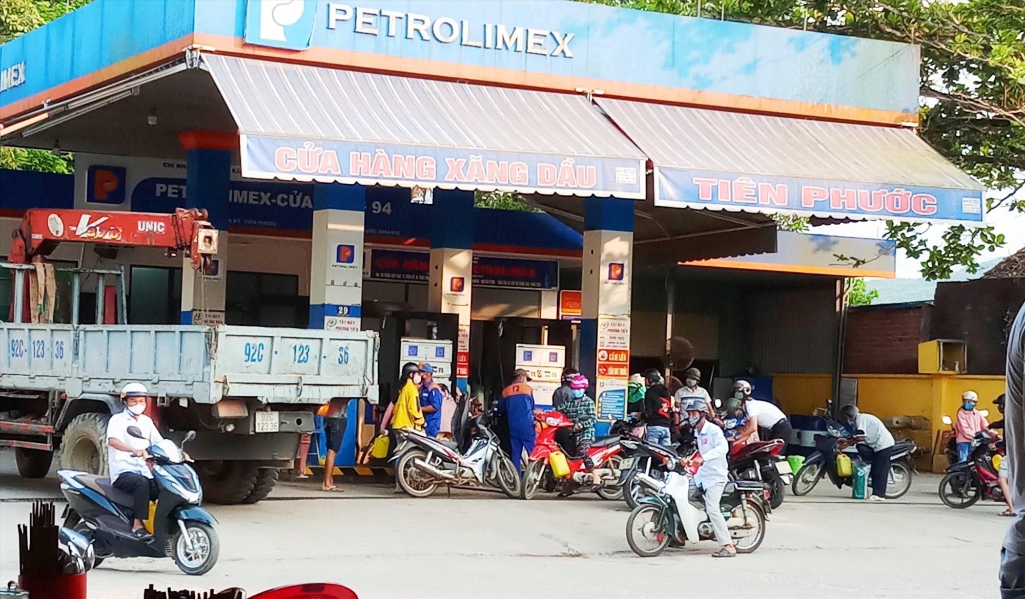 Người dân Tiên Phước mua xăng dầu về tích trữ khi giá giảm. Ảnh: H.H