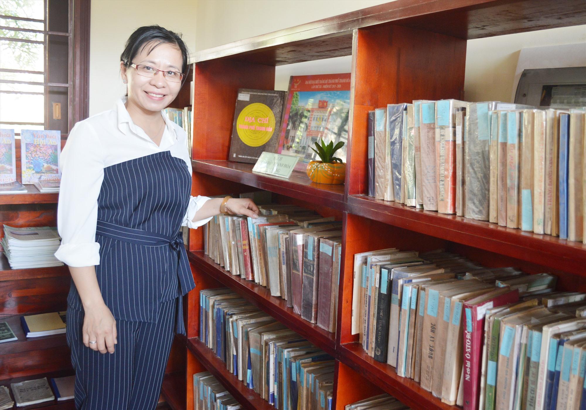 Một góc gian phòng trưng bày sách của nhân dân TP.Thanh Hóa tặng TP.Hội An ở Thư viện Thanh Hóa tại Hội An. Ảnh: V.LỘC
