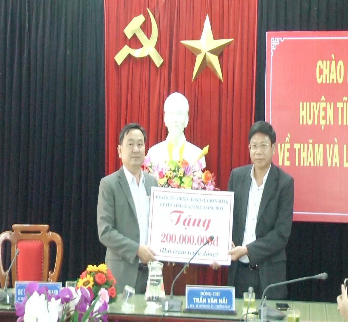 Lãnh đạo huyện Tĩnh Gia trao tặng huyện Đại Lộc 200 triệu đồng để hỗ trợ xây dựng nhà cho các gia đình chính sách trên địa bàn huyện. Ảnh: SỸ THÀNH