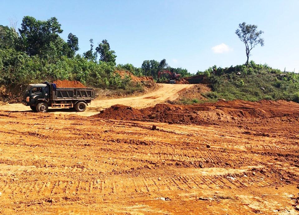Tiên Hiệp tiến hành san ủi khu đồi Phương Đông rộng rộng hơn 4,5ha để xây dựng trường tiểu học, nhà văn hóa - khu thể thao… Ảnh: HẰNG HƯNG