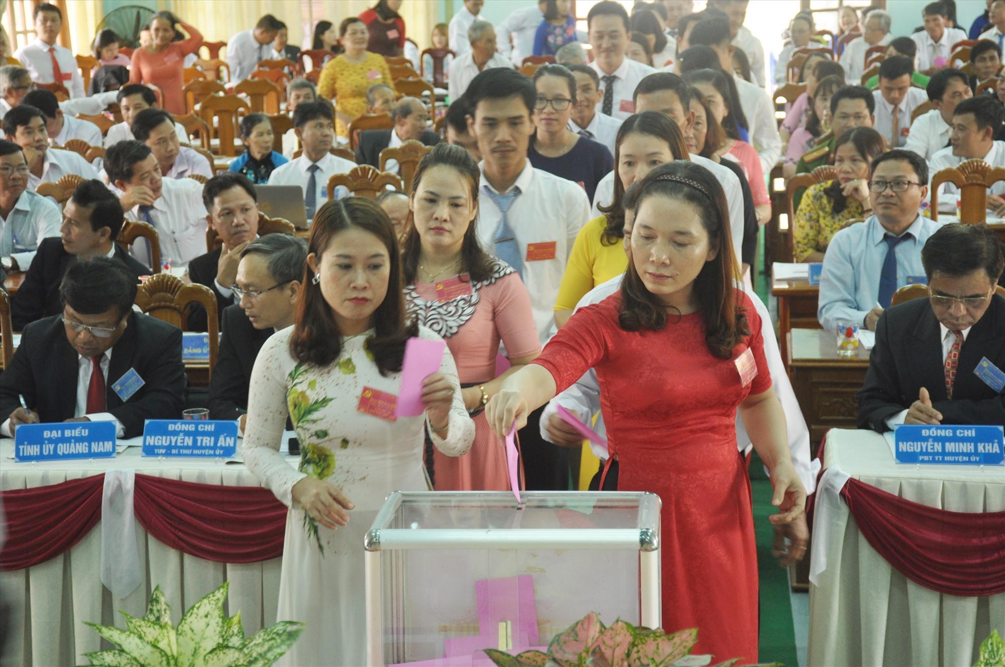 Các đại biểu bỏ phiếu bầu Ban Chấp hành Đảng bộ xã Tam Xuân 2 khóa VII. Ảnh: N.Đ