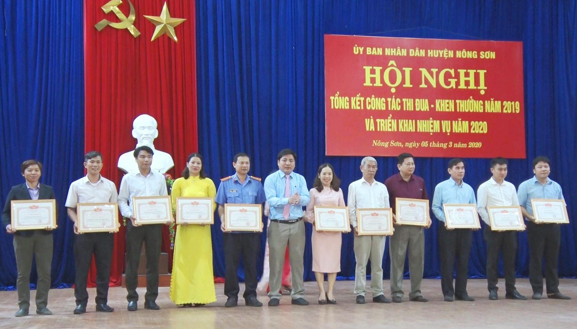 UBND huyện khen thưởng 26 tập thể, 23 cá nhân có thành tích xuất sắc trong phong trào thi đua yêu nước