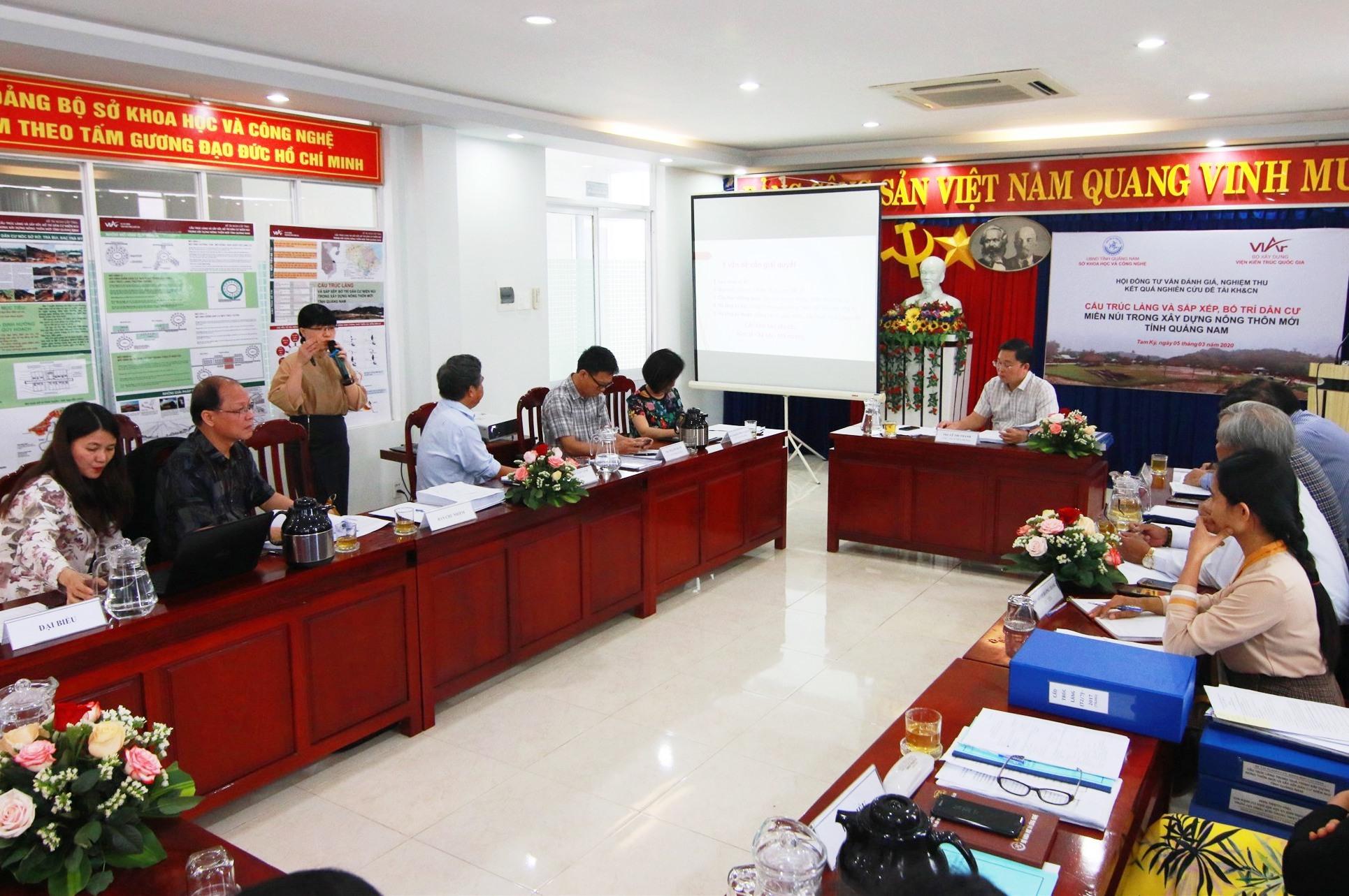 Tiến sĩ Tạ Thị Hoàng Vân - chủ nhiệm đề tài báo cáo tại buổi nghiệm thu đề tài.