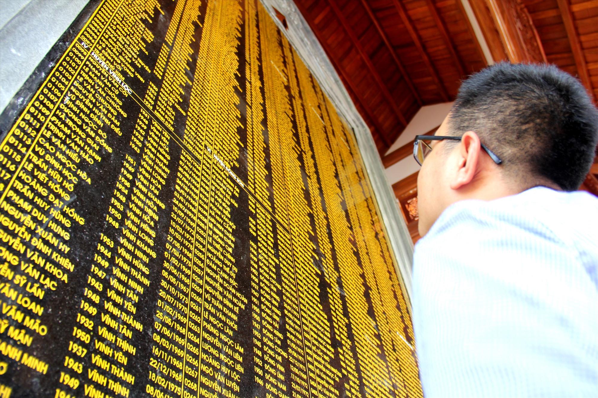 Bên trong, hai tấm bia ghi danh hơn 1.300 liệt sĩ có quê ở Thanh Hóa hy sinh trong kháng chiến tại Quảng Nam được dựng, với đầy đủ thông tin cơ bản về liệt sĩ. Ảnh: A.N