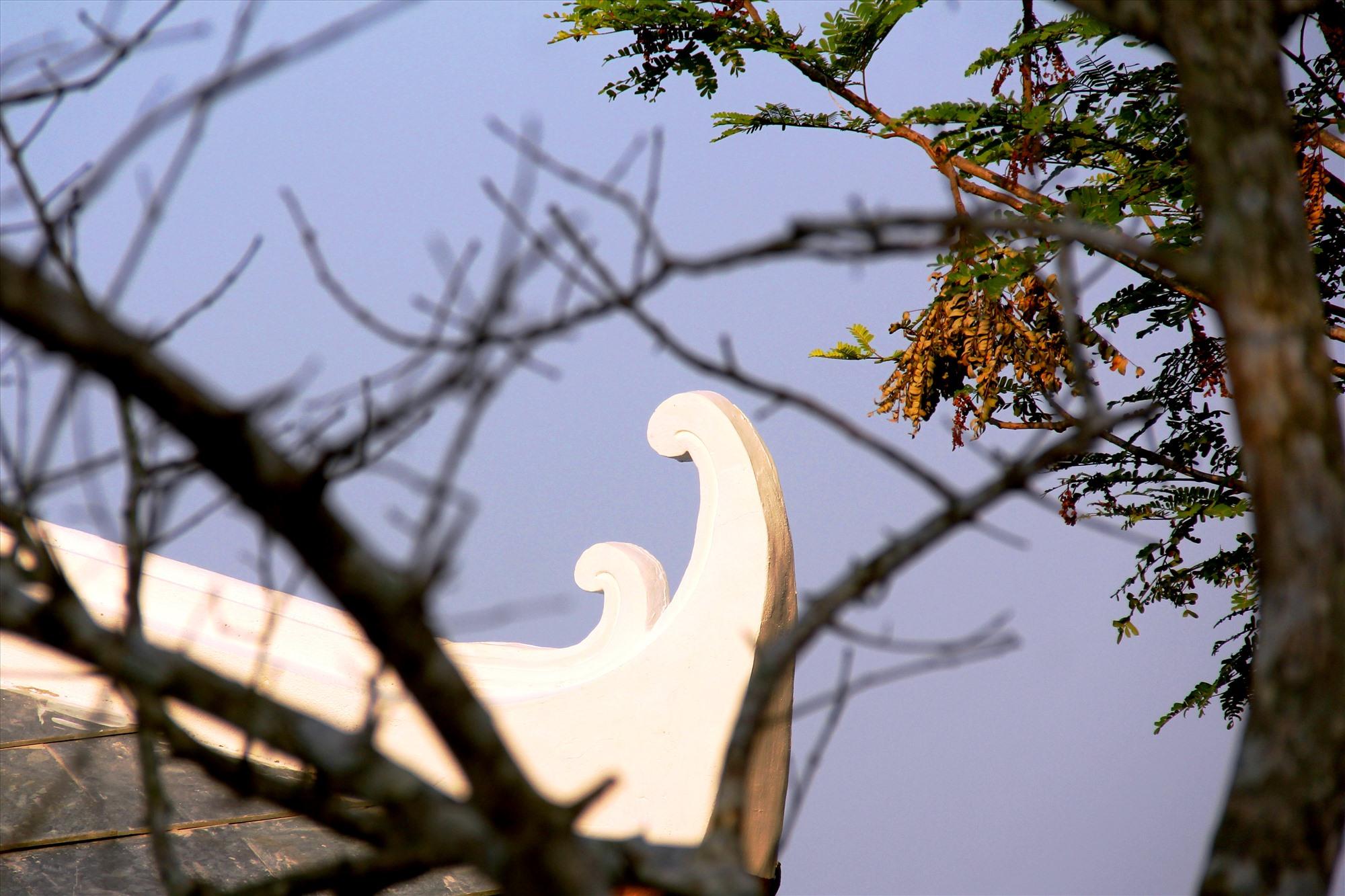 Nhiều chi tiết độc đáo được thiết kế trên đường viền sàn mái, mang nét đặc trưng trong kiến trúc văn hóa người Việt. Ảnh: A.N
