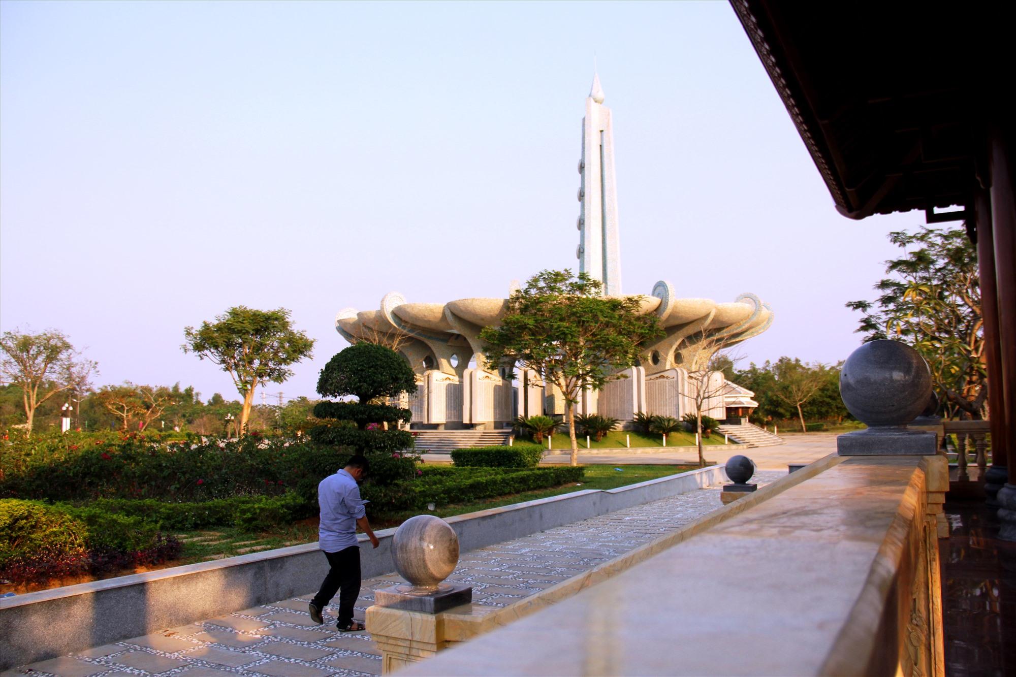 Từ nhà bia nhìn sang đài tưởng niệm Nghĩa trang liệt sĩ tỉnh. Ảnh: A.N