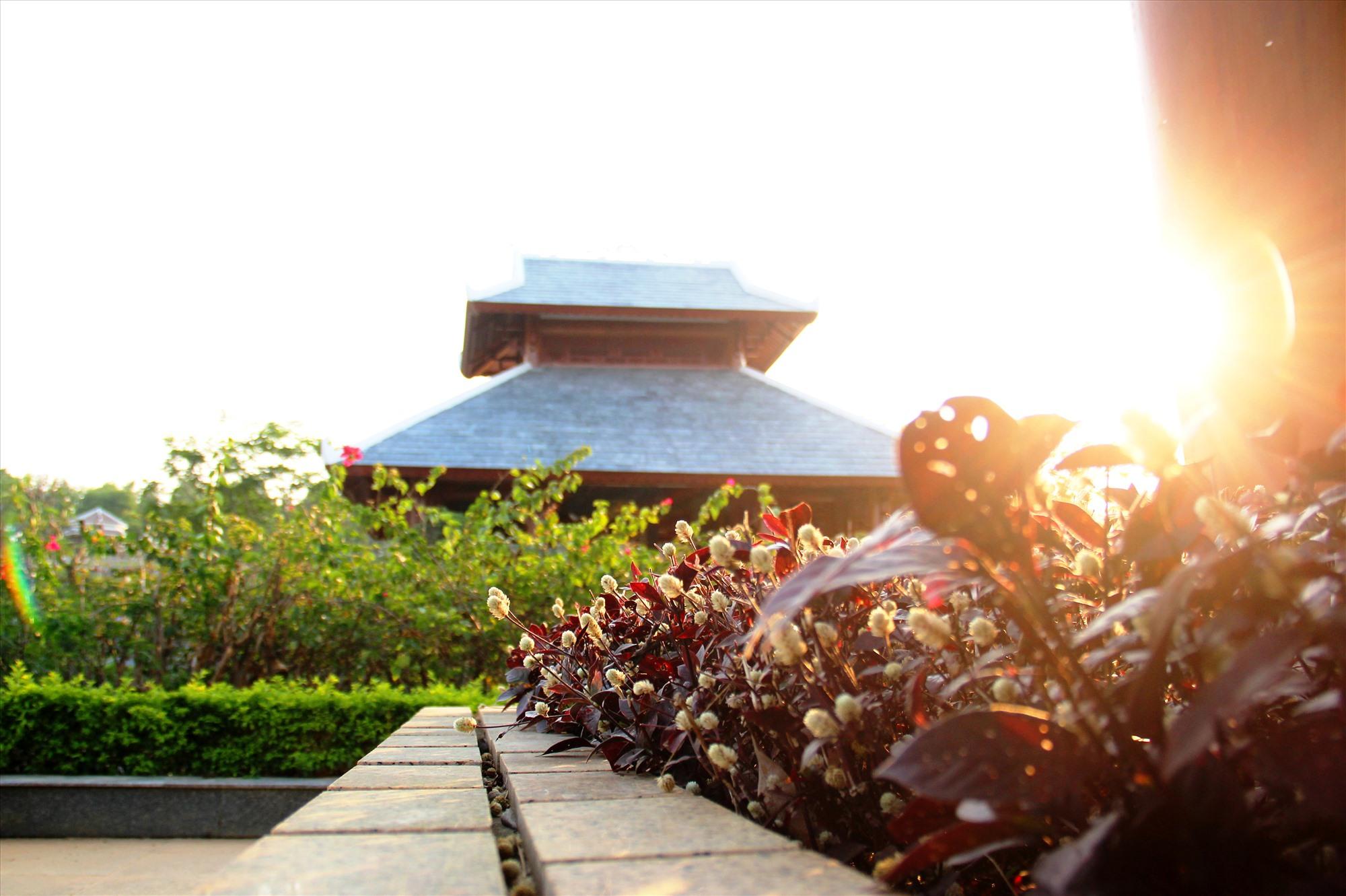Dọc theo đường nội bộ trước sân nền nhà bia là những bồn hoa, cây cảnh được trồng trang trí, tăng thêm vẻ đẹp cho công trình tri ân liệt sĩ. Ảnh: A.N