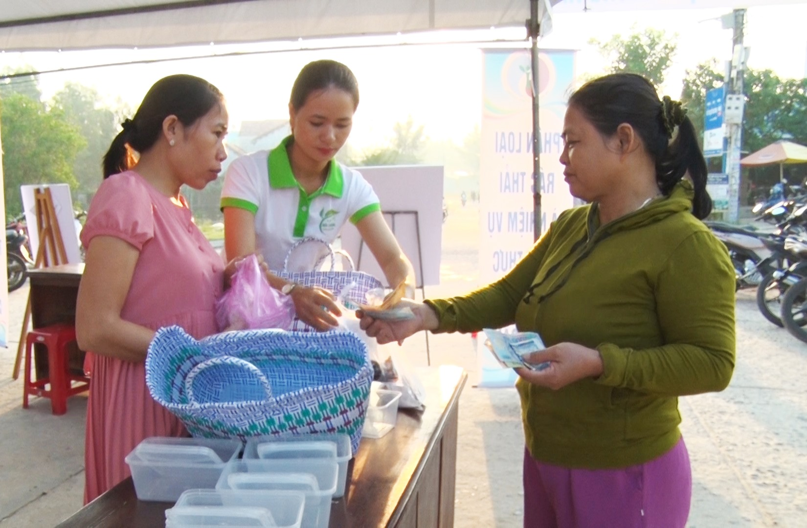 Hoạt động bán giỏ xách và hộp nhựa của Hội LHPN xã Bình Minh đã thay đổi nhận thức trong nhân dân về bảo vệ môi trường. Ảnh: PHAN VINH