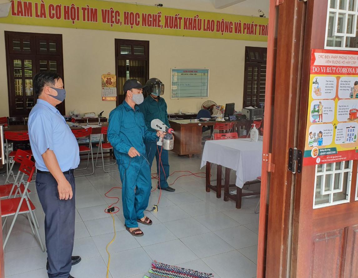 Trung tâm Dịch vụ việc làm tỉnh tiến hành khử khuẩn tại phòng tiếp nhận bảo hiểm thất nghiệp.