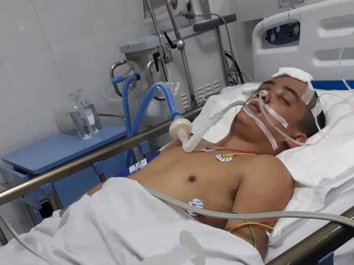 Anh Nguyễn Đắc Phong hiện đang được điều trị tại Khoa Hồi sức cấp cứu, Bệnh viện Đà Nẵng. Ảnh: B.NGUYÊN