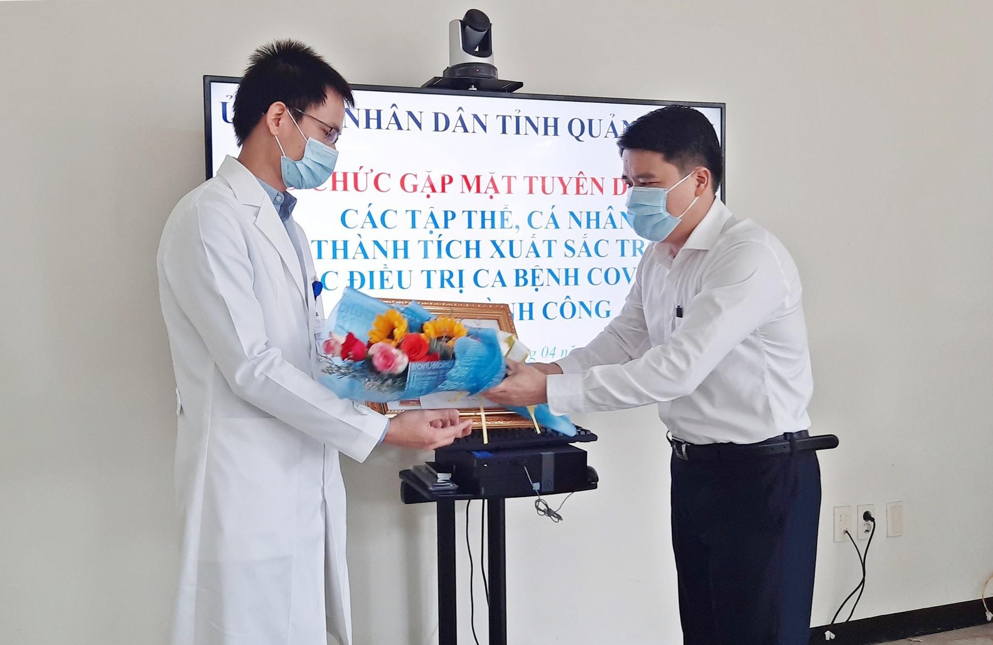 Trưởng khoa Y học nhiệt đới Lê Viết Nhiệm nhận bằng khen vì có thành tích xuất sắc trong công tác phòng, chống dịch Covid-19. Ảnh: H. ĐẠO