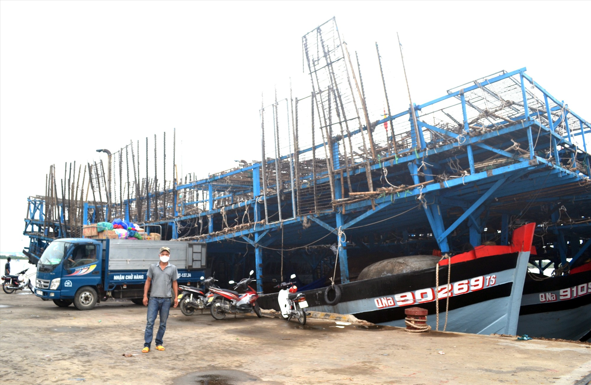 Tàu câu mực khơi của ngư dân Lương Văn Tồn chuẩn bị xuất bến.
