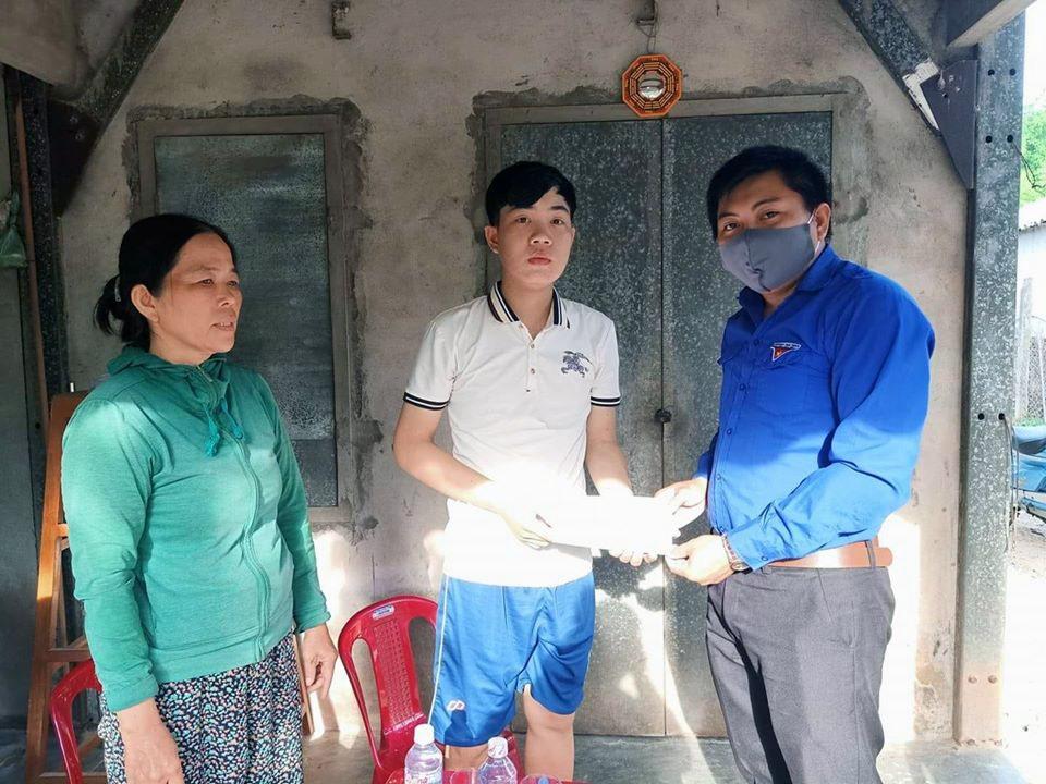 Đại diện Đoàn xã Tam Xuân 2 trao tiền hỗ trợ Phạm Hồ Ngọc Điệp. Ảnh: N.Q
