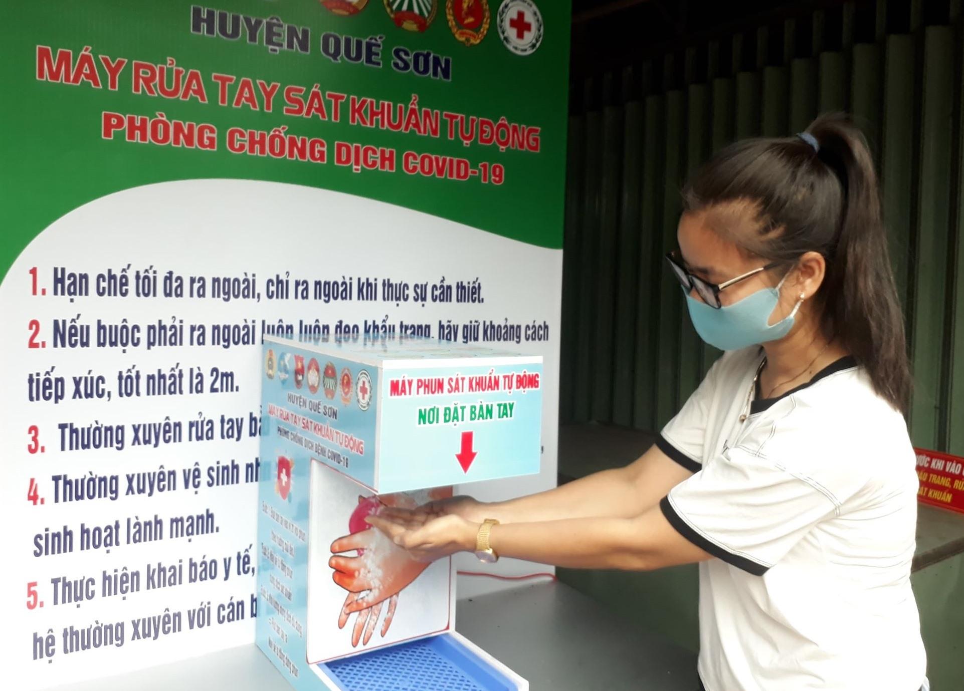 Máy rửa tay sát khuẩn tự động thuận tiện hơn cho người sử dụng. ảnh DT