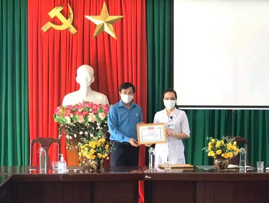 Công đoàn Viên chức tỉnh vừa đến động viên, khen thưởng đột xuất tập thể cán bộ, đoàn viên Công đoàn nhà trường vì đã có thành tích tiêu biểu trong công tác phòng chống dịch Covid-19.