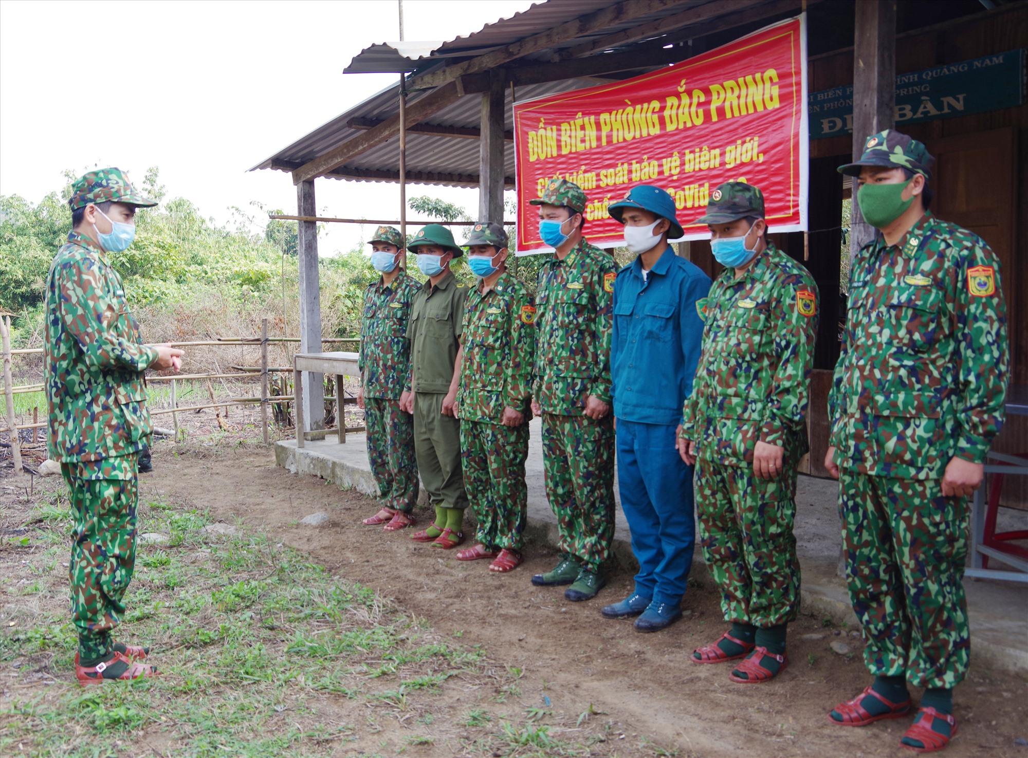 Thượng tá Hoàng Văn Mẫn - Chính ủy BĐBP tỉnh động viên lực lượng làm nhiệm vụ tại chốt Pêtapoót, xã Đắc Pring. Ảnh: HỒNG ANH