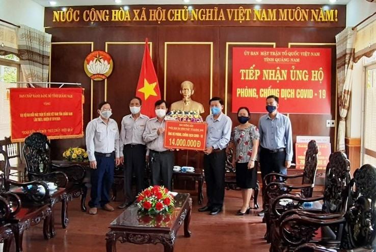 Ban Điều hành Gia đình Phật tử Quảng Nam trao tiền ủng hộ phòng chống dịch Covid-19 thông qua Ủy ban MTTQ Việt Nam tỉnh. Ảnh: Phật giáo Quảng Nam.