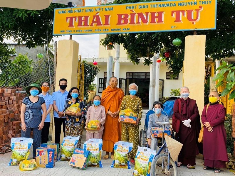 Đại đức Thích Pháp Hạnh – Trụ trì chùa Thái Bình (Điện Bàn) cùng đoàn từ thiện tặng quà cho người dân. Ảnh: Phật giáo Quảng Nam.