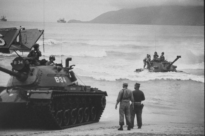 Quân Mỹ đổ vào bãi biển Xuân Thiều, Đà Nẵng, ngày 8.3.1965.