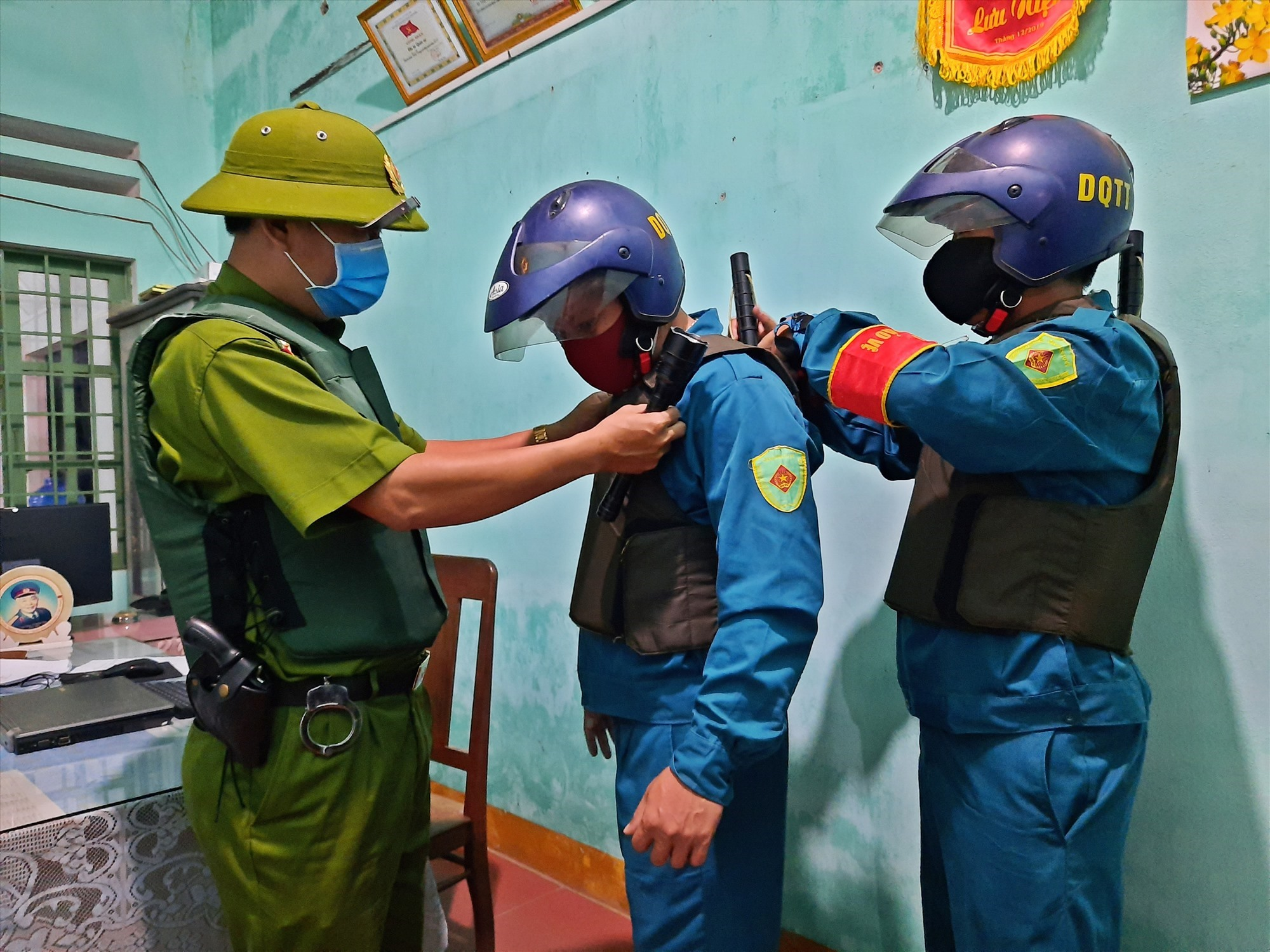 Công tác tuần tra đêm được tổ chức thường xuyên để trấn áp các loại tội phạm. (Trong ảnh: Các lực lượng chức năng mặc quân phục, áo giáp, trang bị công cụ hỗ trợ trước khi lên đường làm nhiệm vụ). Ảnh: Đ. Q