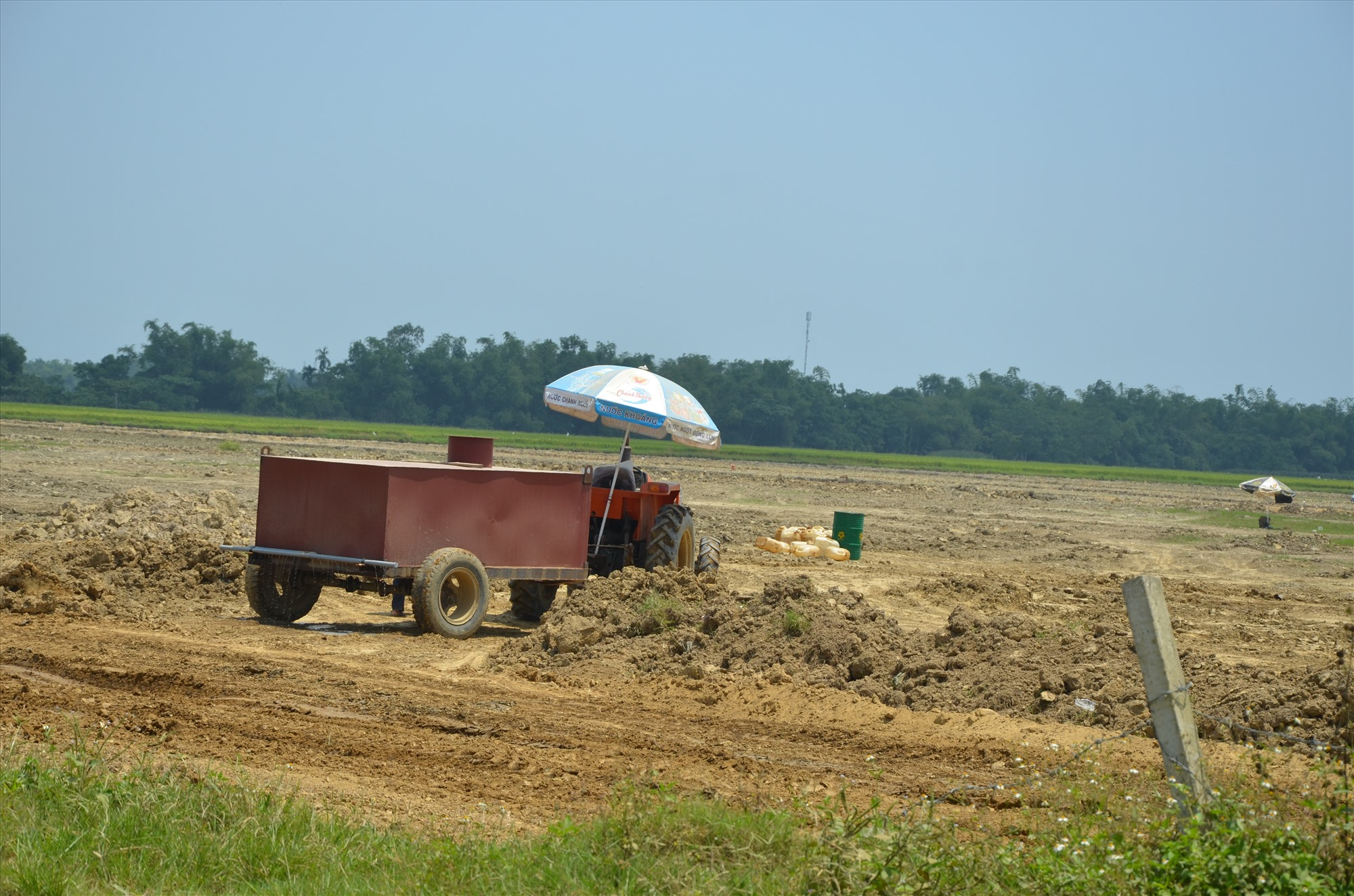 Các dự án muốn thu hồi đất, chuyển đổi mục đich sử dụng đất lúa đều phải được sự thống nhất của HĐND các cấp. TRONG ẢNH: Cải tạo đồng ruộng tại Điện Thắng Bắc (thị xã Điện Bàn). Ảnh: T.H