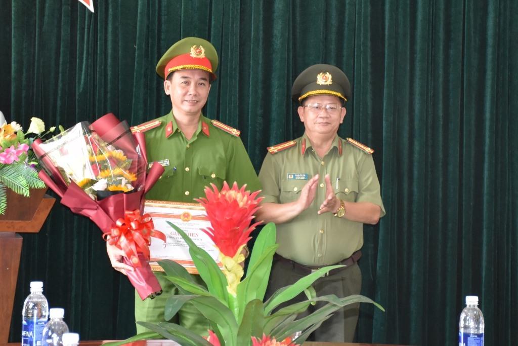 Trao giấy khen cho lãnh đạo Công an huyện Bình Sơn. Ảnh: Q.H