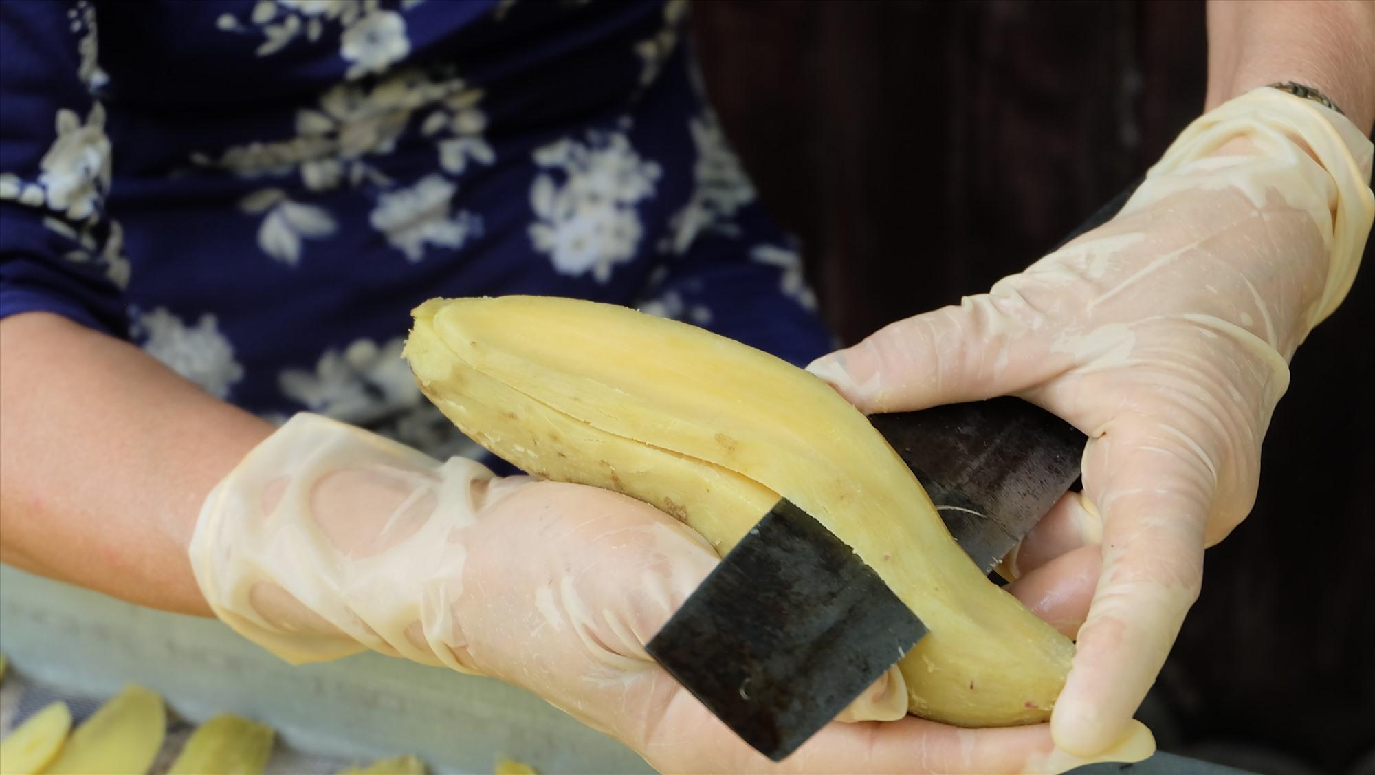 Để có được lát khoai đẹp, người chẻ phải rất tỉ mĩ, đưa dao nhẹ nhàng, uốn theo hình dáng củ khoai. Ảnh: M.L
