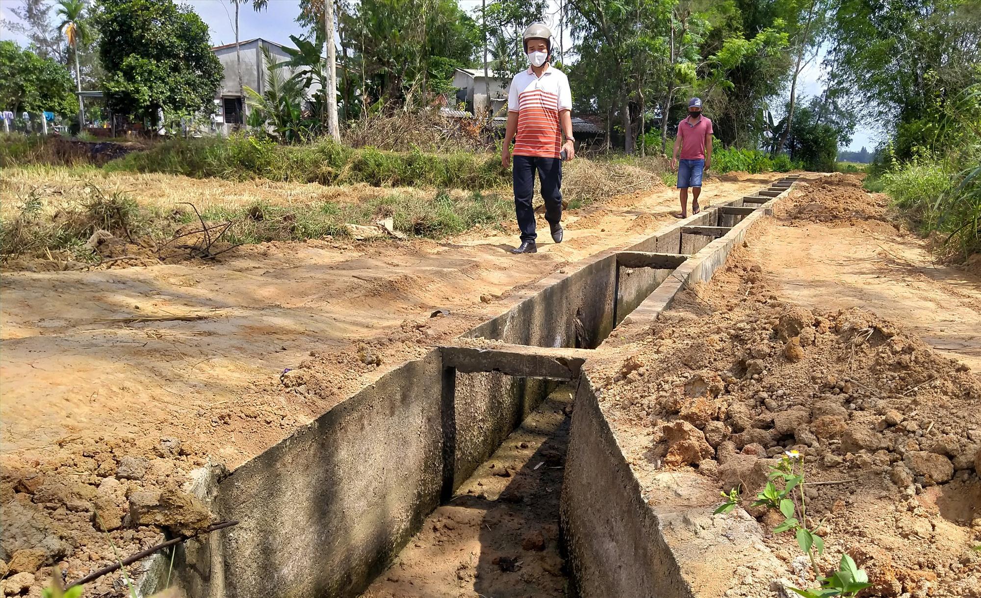 UBND xã Bình Tú ủy quyền cho ông Nguyễn Ánh Hùng tận thu đất ruộng tại cánh đồng Ba Canh để san lấp nền lề hai bên tuyến kênh thủy lợi. Ảnh: H.G