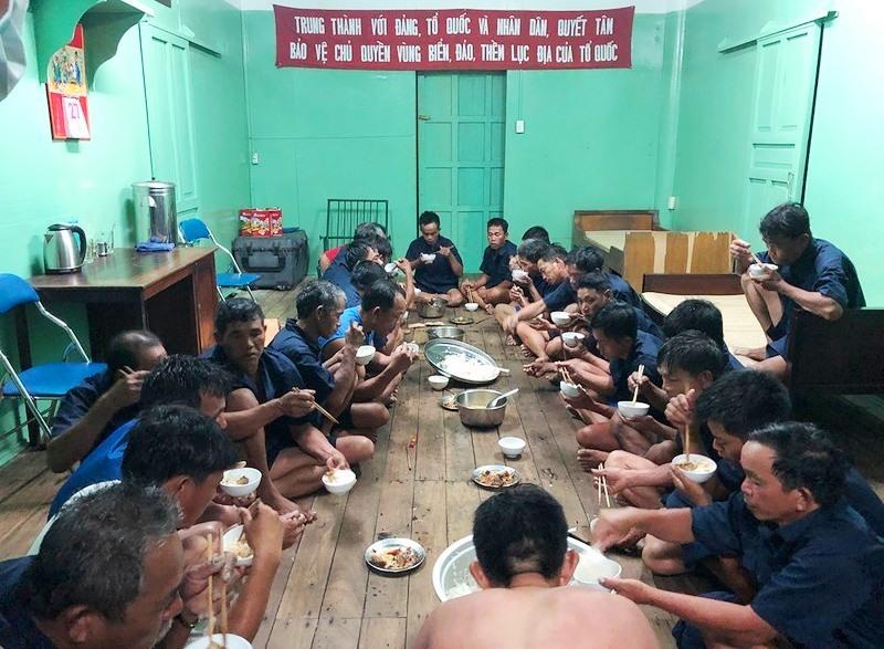 Các ngư dân được bố trí ăn, nghỉ trên nhà giàn sau khi cấp cứu.Ảnh: VOV