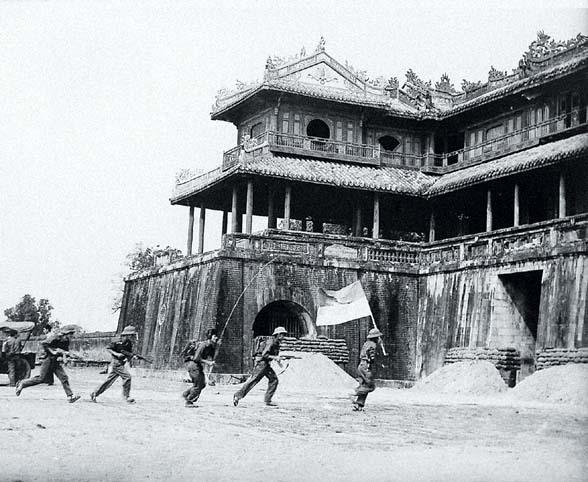 Quân giải phóng tiến vào đại nội Huế 26.3.1975. (Ảnh tư liệu)