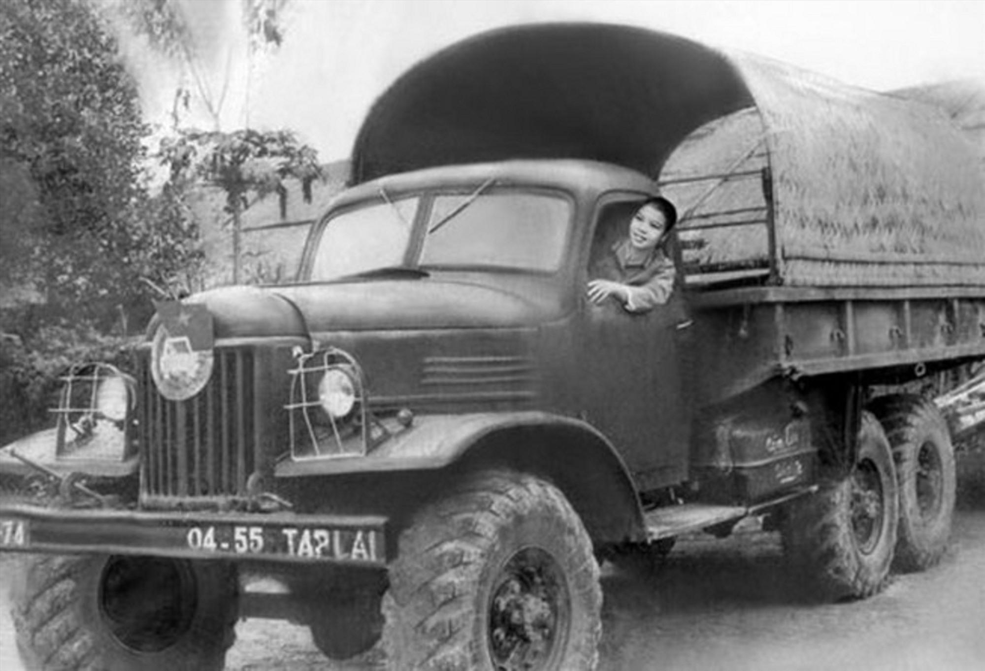 Nữ chiến sĩ lái xe trên đường Trường Sơn. (Ảnh tư liệu)