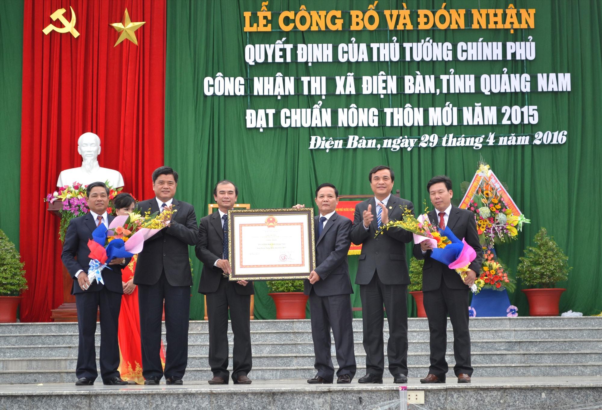 """Lễ công bố Điện Bàn đạt chuẩn """"Thị xã nông thôn mới"""" năm 2015."""
