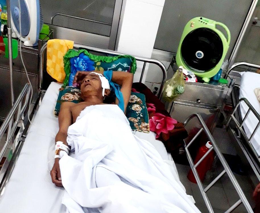 Ông Nguyễn Minh nằm trên giường bệnh ở Bệnh viện Đa khoa Quảng Nam. Ảnh: V.NGUYỄN