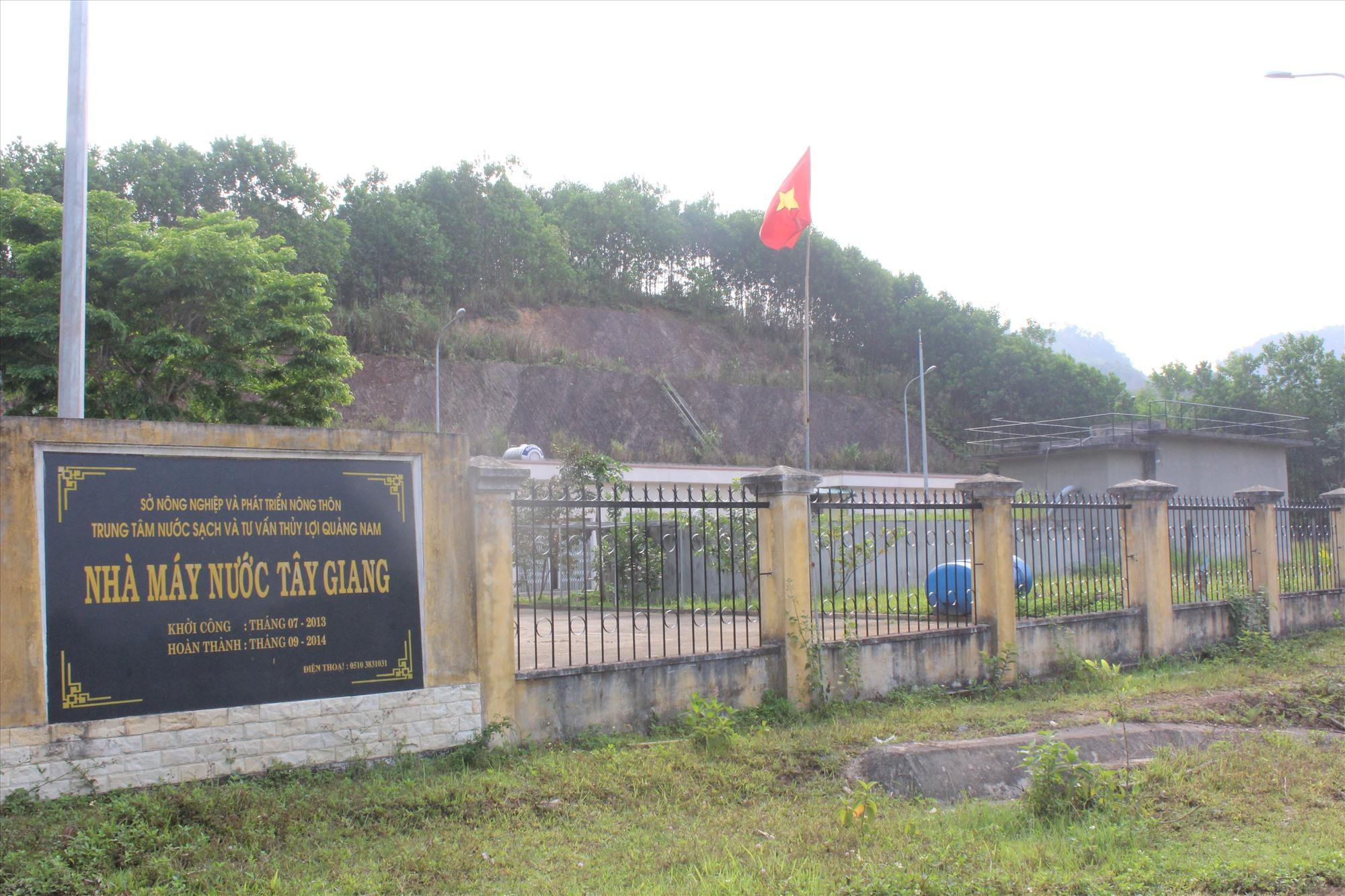 Nhà máy nước sạch tại trung tâm huyện Tây Giang hoạt động khó khăn do thiếu nguồn nước. Ảnh: Đ.H