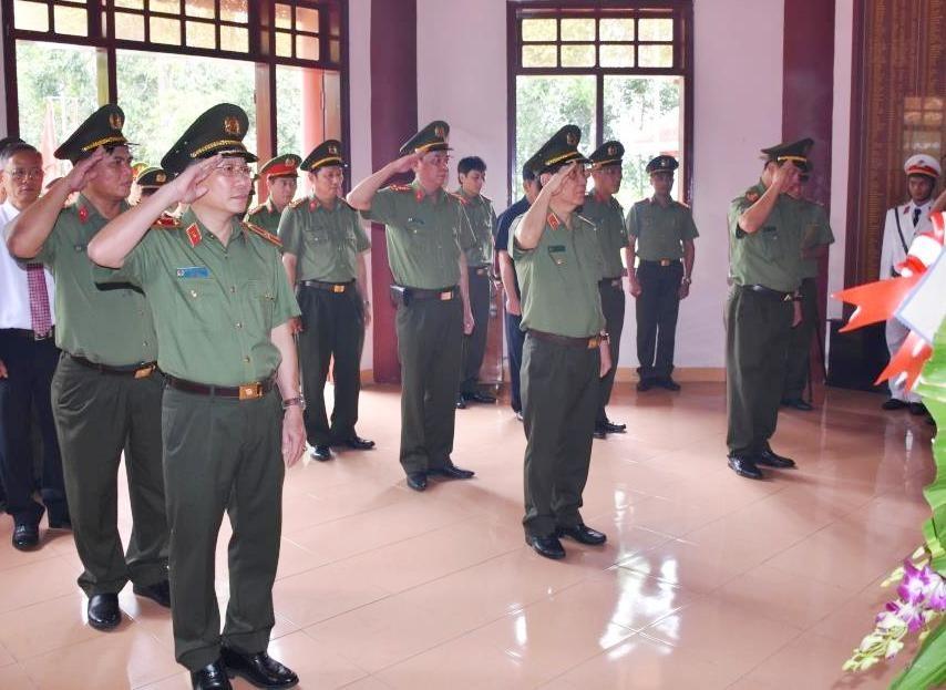 1. Thứ trưởng Nguyễn Văn Sơn cùng đoàn công tác tưởng niệm các Anh hùng liệt sĩ An ninh khu 5