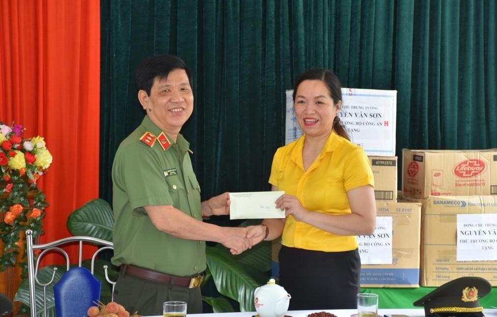 3. Thứ Trưởng Nguyễn Văn Sơn trao tặng 50 triệu đồng của Bộ Công an cho thầy cô và học sinh trường 19.8