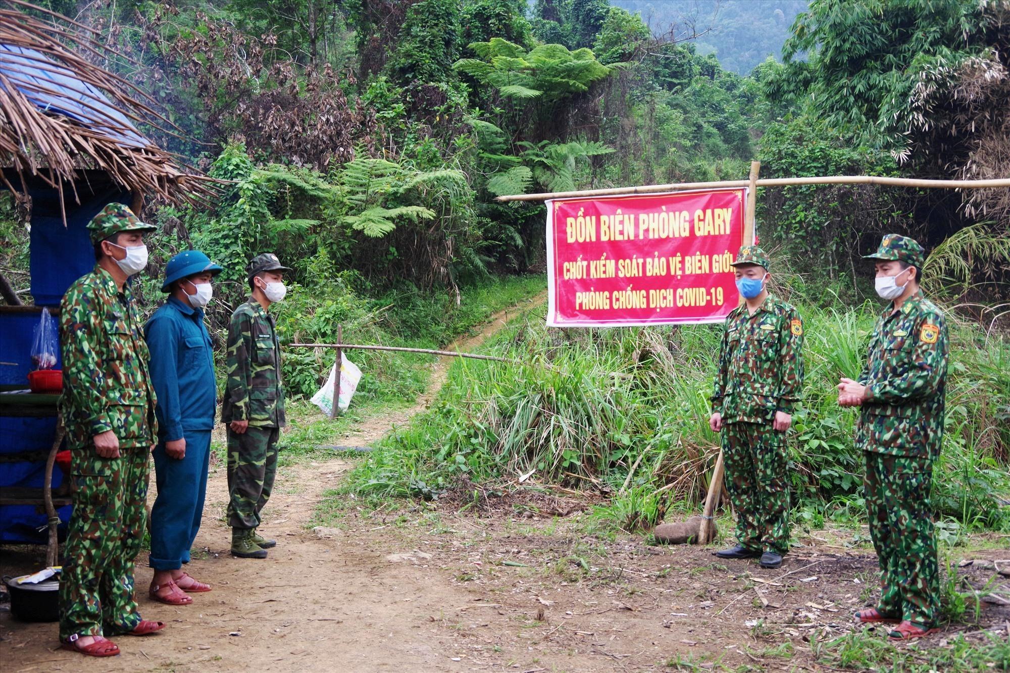 Thượng tá Hoàng Văn Mẫn - Chính ủy BĐBP tỉnh kiểm tra, động viên lực lượng đang làm nhiệm vụ cắm chốt thuộc Đồn Biên phòng Ga Ry. Ảnh: VĂN VINH