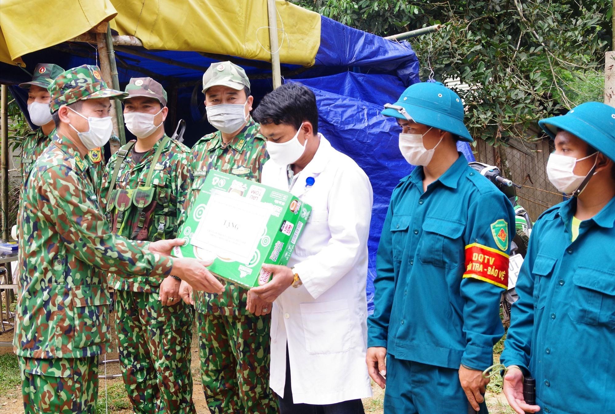 Thượng tá Hoàng Văn Mẫn Tặng quà động viên lực lượng cắm chốt phòng chống dịch Covid 19 của Đồn Biên phòng A Nông. Ảnh: VĂN VINH