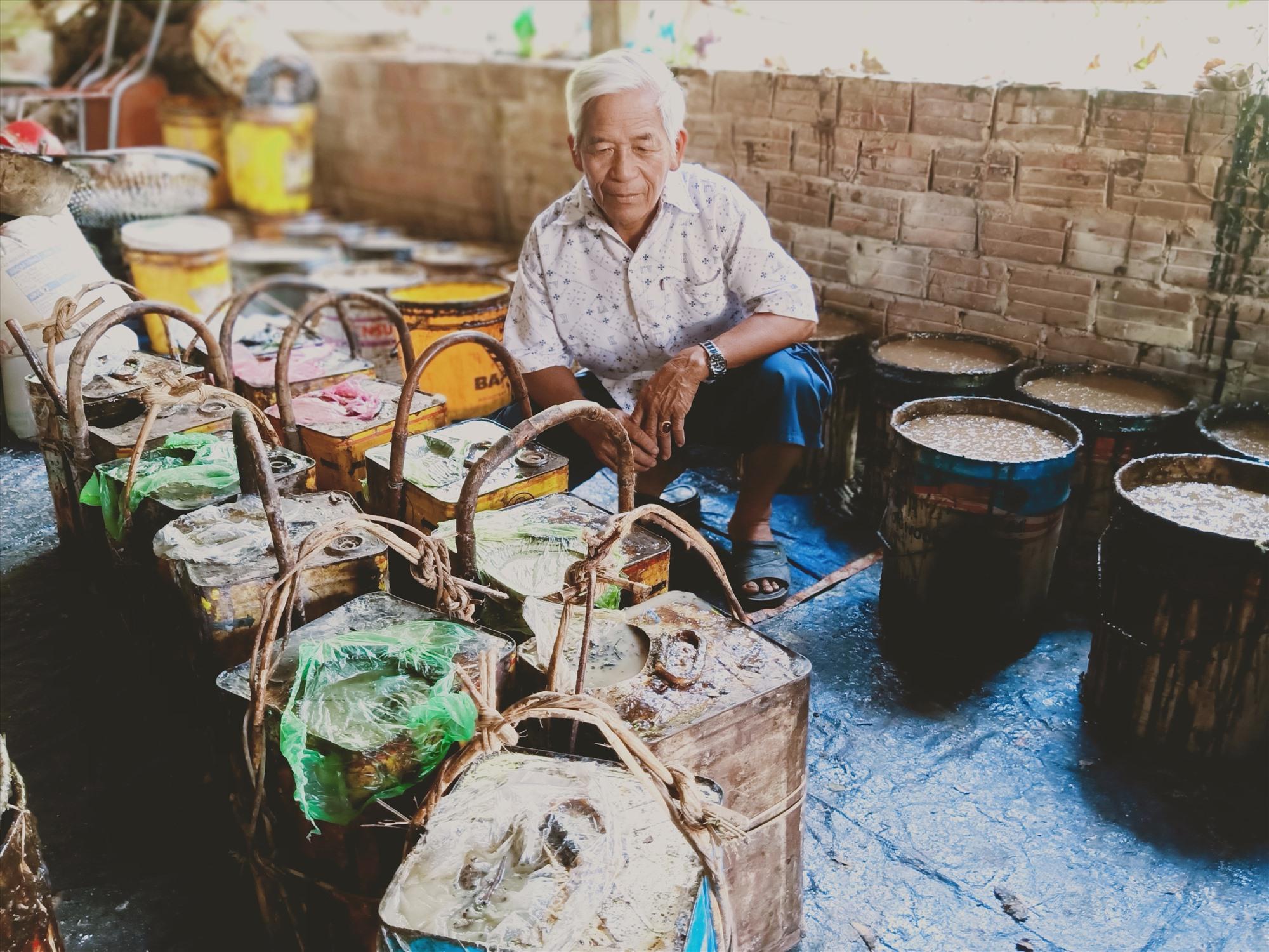 Ông Đỗ Thế Hảo, một tiểAu thương có hơn 30 năm thu mua, sơ chế và xuất bán dầu rái ở Đại Thạnh. Ảnh: HOÀNG LIÊN