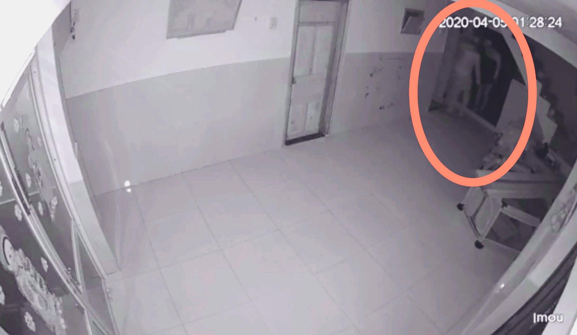 2 tên trộm khiêng két sắt ra khỏi phòng trước khi bị vợ anh Hùng phát hiện. Ảnh: NVCC