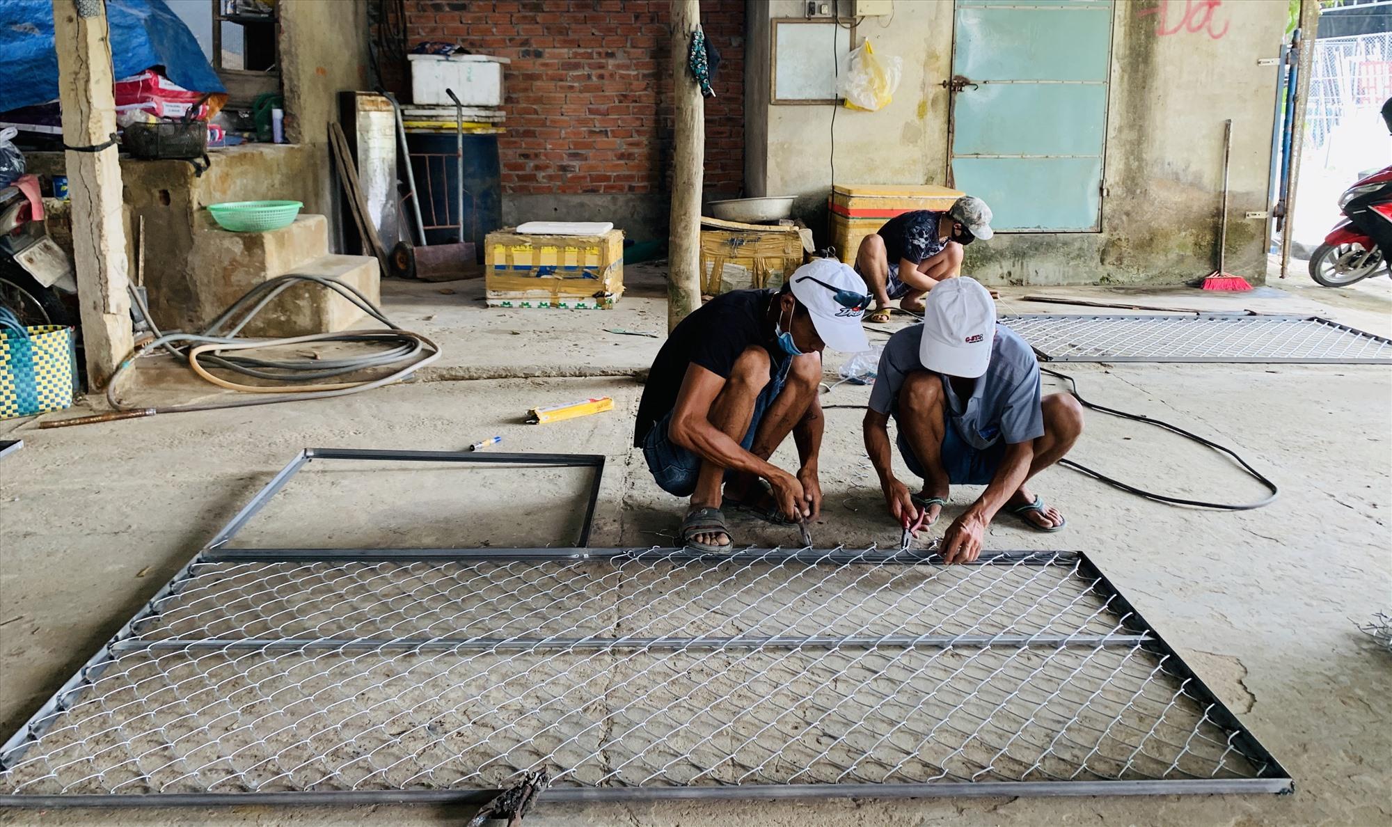 Người dân xã Duy Vinh đang rất lo lắng, họ chỉnh sửa lại cổng ngõ, tường rào để đề phòng kẻ trộm. Ảnh: PHAN VINH