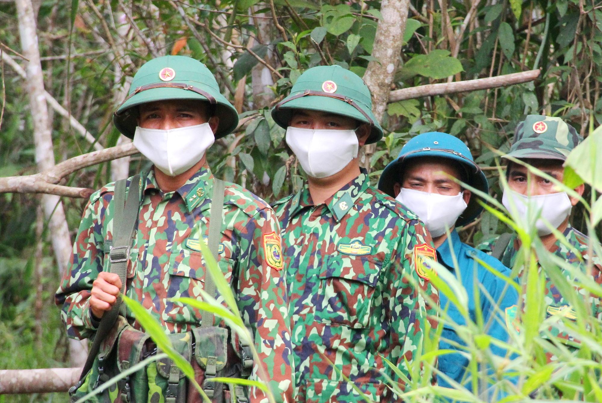 Trung úy Hồ Văn Hòa dẫn đầu đoàn tuần tra chốt gác Đồn Biên phòng A Xan. Ảnh: NGƯỚC CÔNG