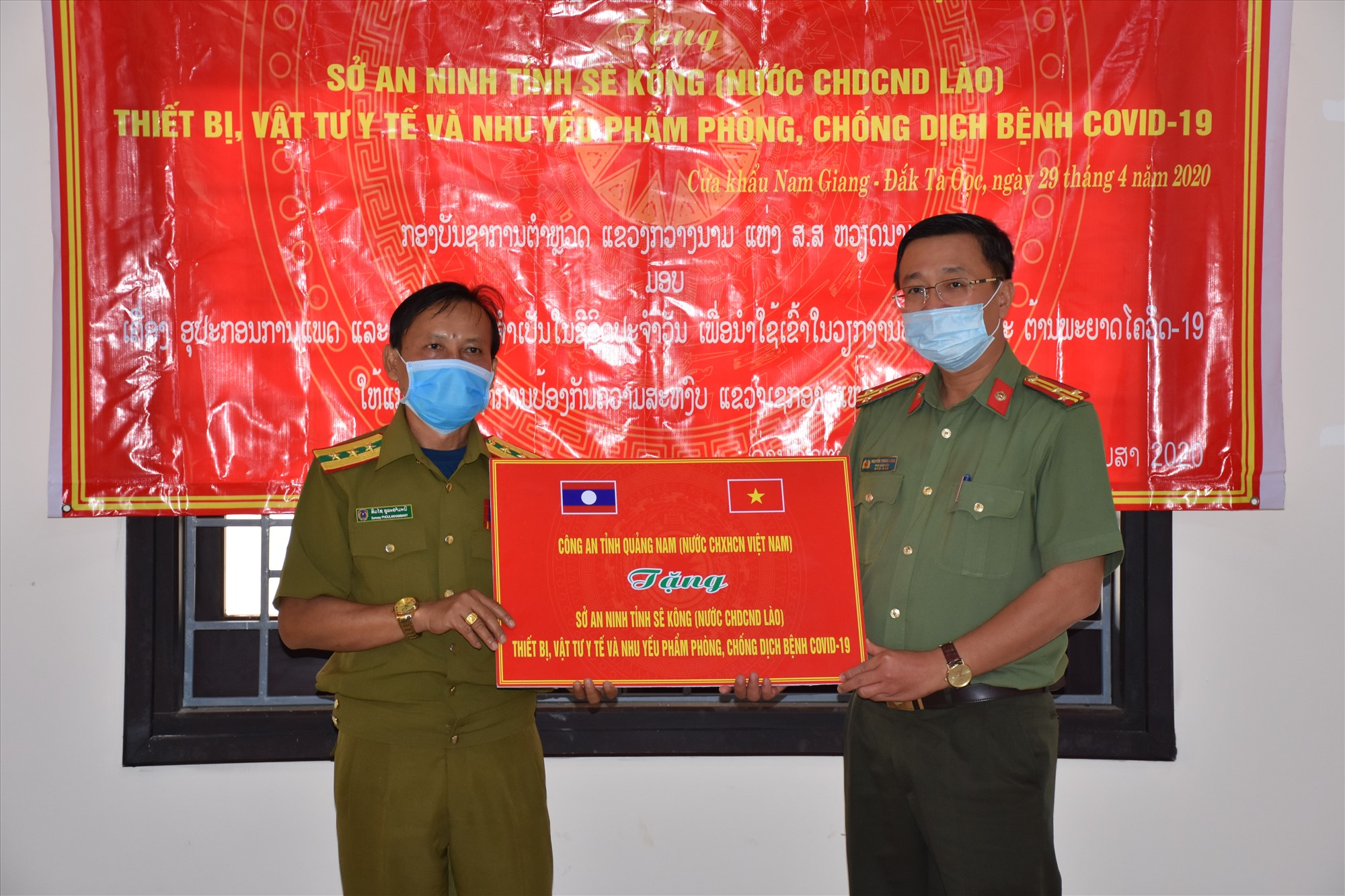 Thượng tá Nguyễn Thành Long. Phó giám đốc Công an tỉnh Quảng Nam tặng quà cho Sở An ninh tỉnh Sê Kông