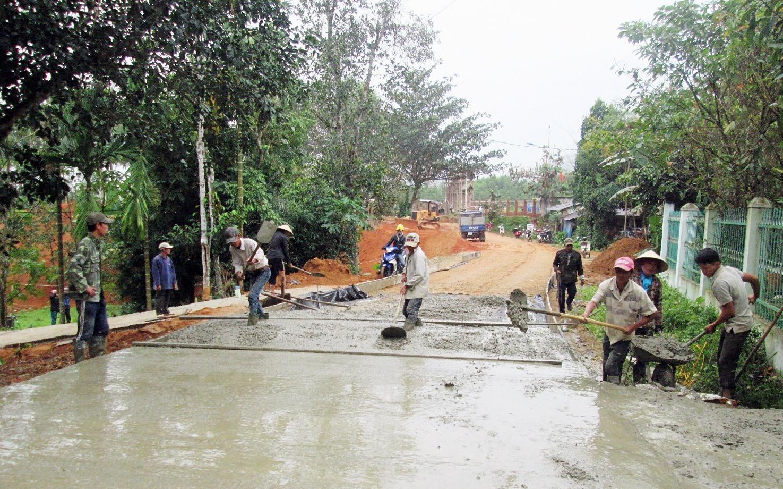 Những năm qua, cán bộ và hội viên nông dân trên địa bàn tỉnh tích cực đóng góp công sức, tiền của xây dựng hạ tầng giao thông. Ảnh: VĂN SỰ