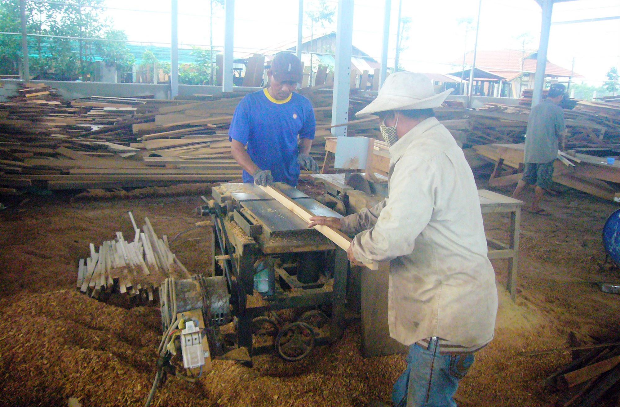Các cơ sở chế biến gỗ, mộc ở khu dân cư được di dời vào Cụm công nghiệp Thanh Hà. Ảnh: Đ.H