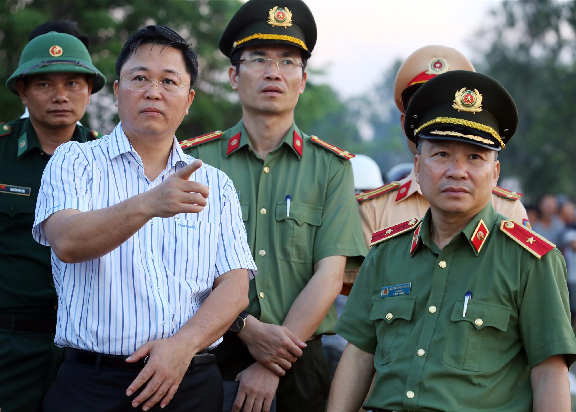 Chủ tịch UBND tỉnh Lê Trí Thanh chỉ đạo công tác tổ chức tìm kiếm các nạn nhân sau vụ chìm đò ở Duy Xuyên vừa qua. Ảnh: BẢO NGÂN