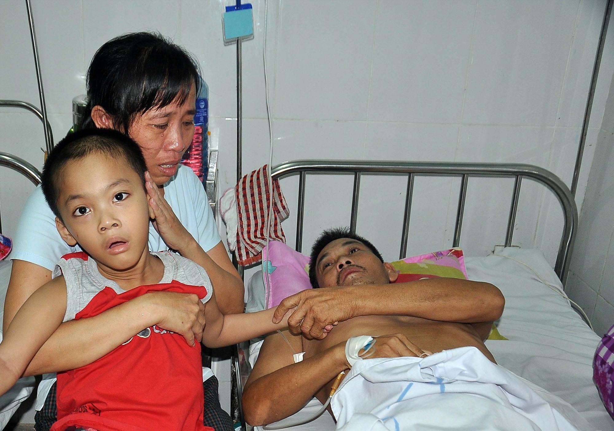 Chị Bùi Thị Lý và đứa con trai mắc bệnh bại não đến thăm chồng tại Bệnh viện Đa khoa Quảng Nam. Ảnh: V.A